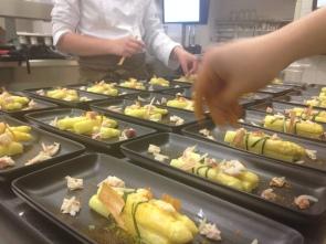 Studenti di IHM durante la pratica in cucina